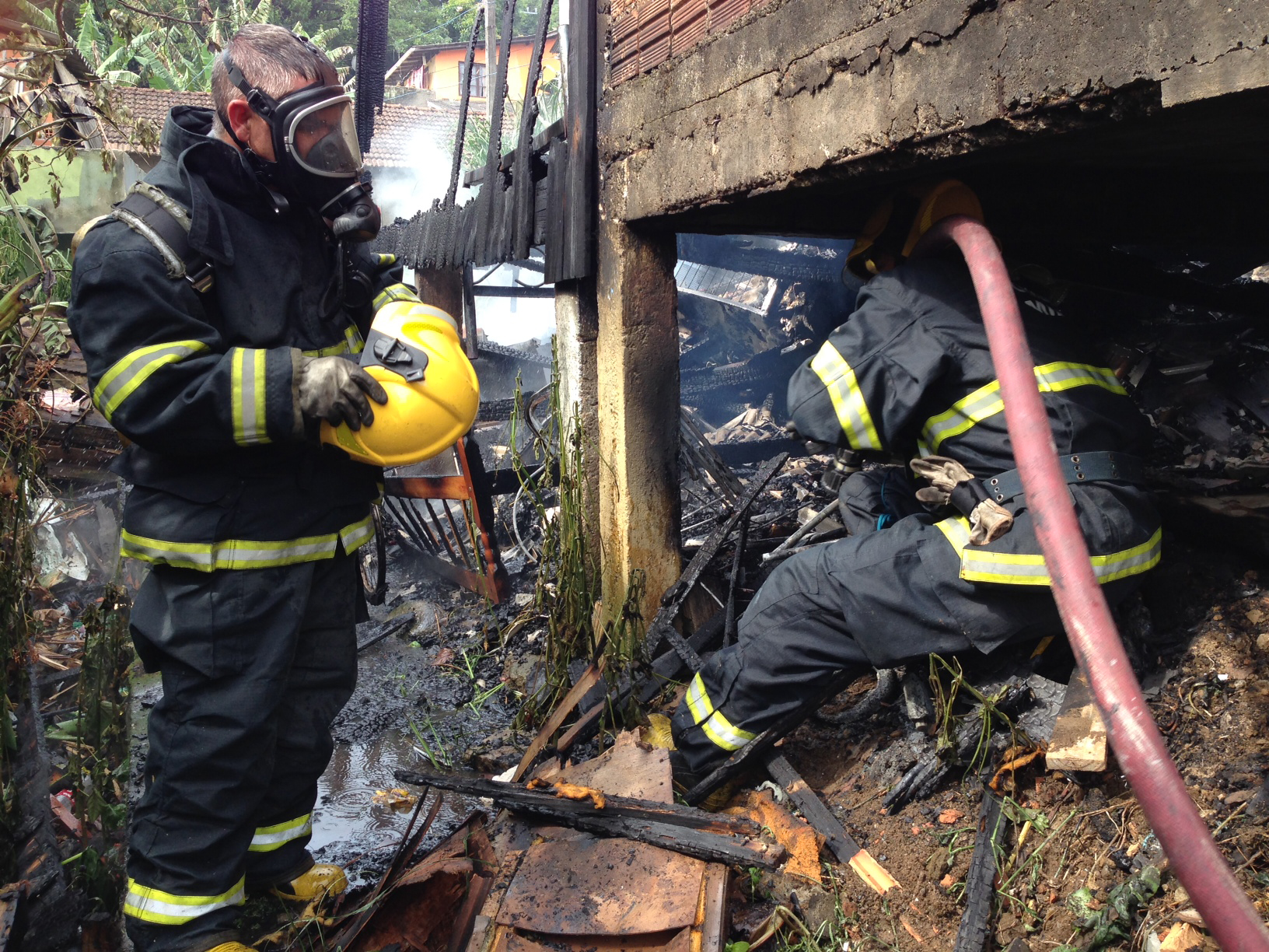 Bombeiros controlam incêndio em casa no Maciço do Morro da Cruz, em Florianópolis