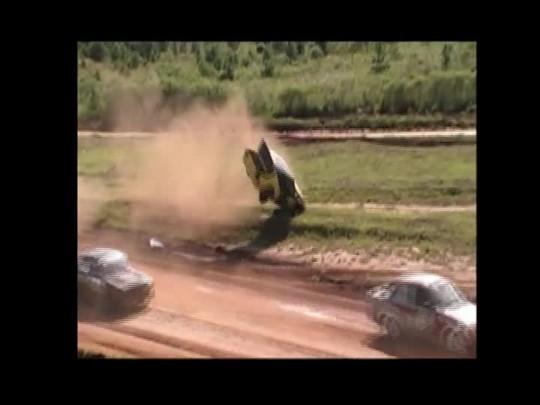 Carro capota seis vezes durante corrida em Mafra