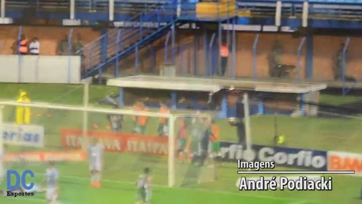Goleiro do Avaí falha e Braga abre o placar para o Luverdense
