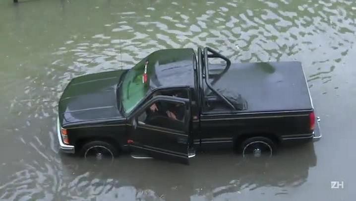 Motoristas ficam ilhados na Av. Plínio Brasil Milano