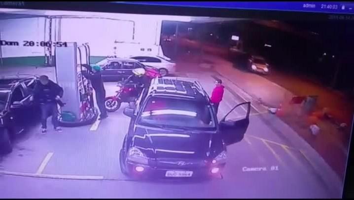 Veja momento em que carro invade posto de combustíveis em Caxias do Sul