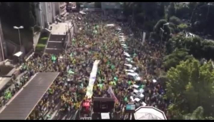 No final do protesto em Caxias, manifestantes cantam o hino do Rio Grande do Sul