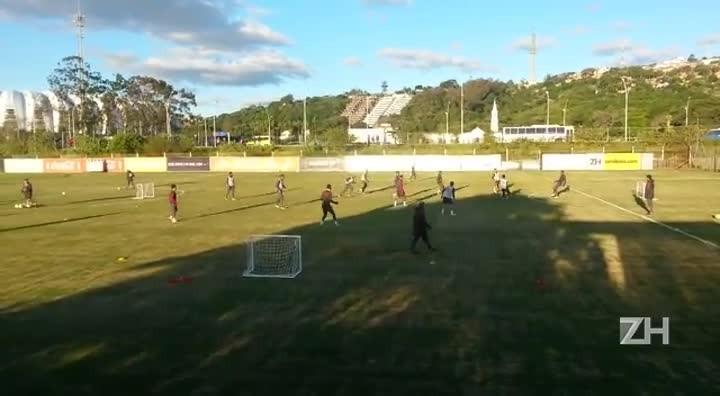 Jogadores do Inter trabalham a troca rápida de passes em treino