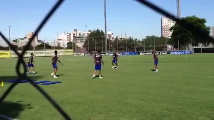 Gabriel brinca no aquecimento em treino do Grêmio
