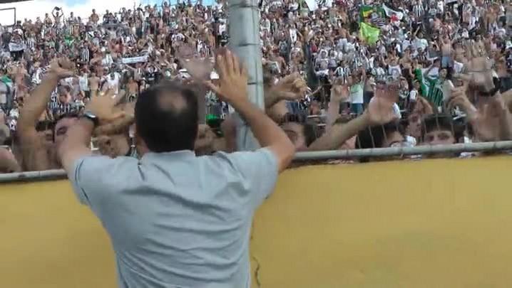 Técnico do Figueirense comemora com a torcida o acesso
