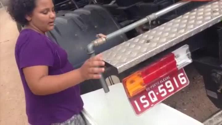 Menina busca água em caminhão no Jardim Marabá - 01/01/2014