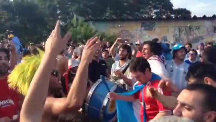 EPTC bloqueia avenida após invasão argentina; confira a festa. 24/06/2014