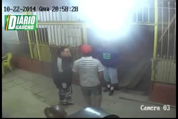 Câmera de segurança flagra momento exato de homicídio em Viamão