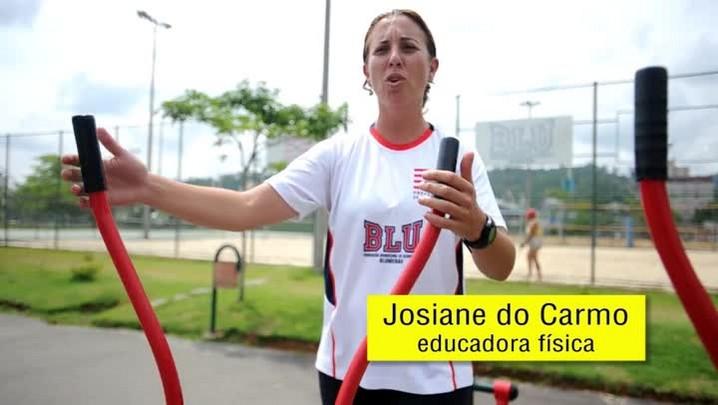 Educadora física ensina a usar a academia do Parque Ramiro Ruediger
