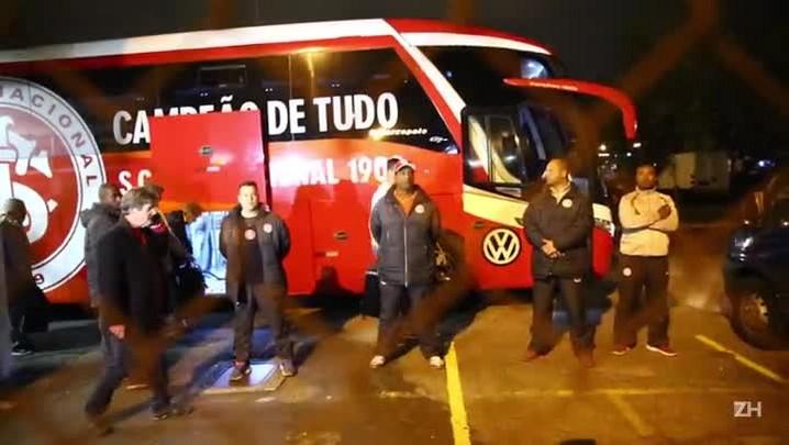 Torcedores hostilizam jogadores do Inter no desembarque em Porto Alegre