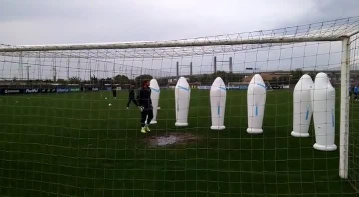 Tiago treina saída de gol no Grêmio