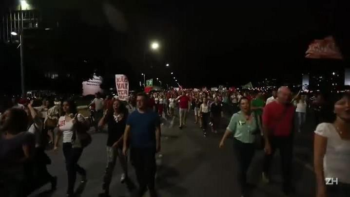 Manifestantes fazem ato pró-Dilma em Brasília