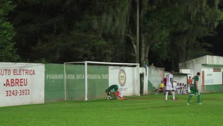 Cobrança de pênalti do volante Juninho, do Fundos, contra o Cerâmica Silveira