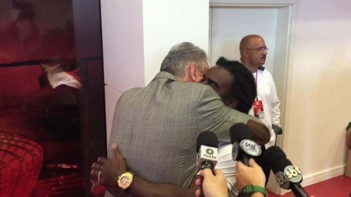 Tite interrompe entrevista para abraçar Tinga