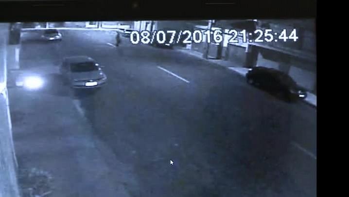 Câmeras registram momento em que jovem é atacada por assaltantes