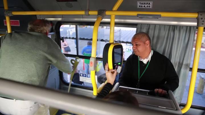 Cobrador conquista passageiros ao anunciar pontos do itinerário com bom humor