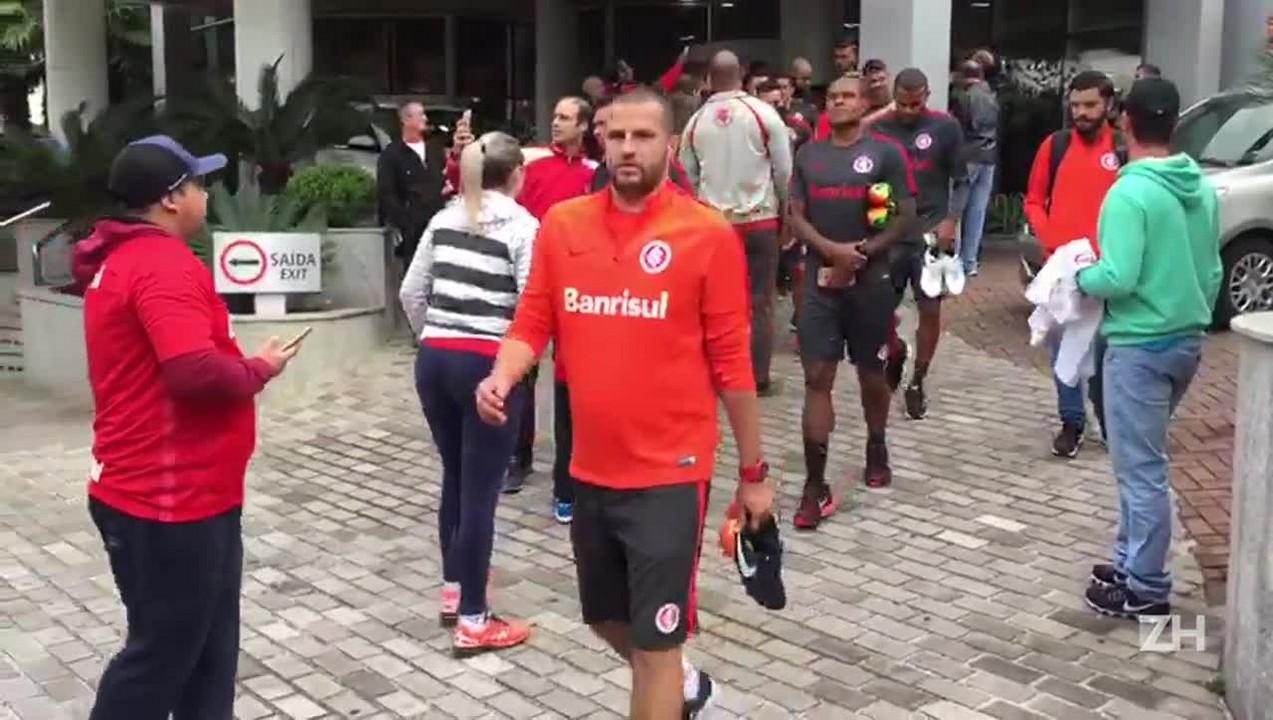 Jogadores do Inter saem para treino antes da final
