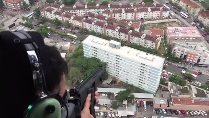 Polícia Civil sobrevoa condomínio durante operação em Porto Alegre