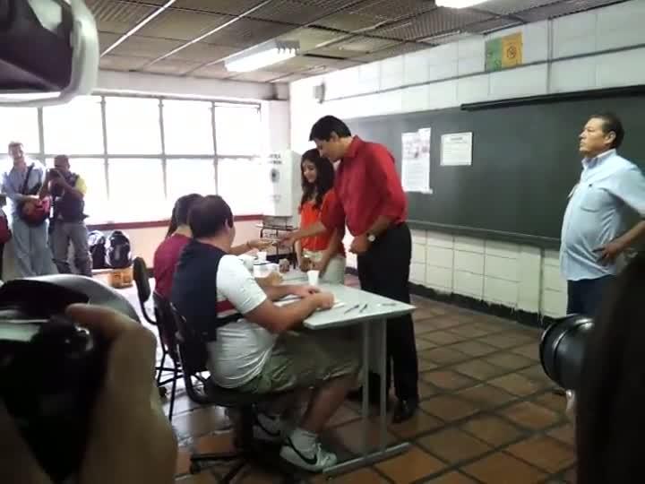 Ao lado da filha adolescente, Fernando Haddad (PT) vota em São Paulo