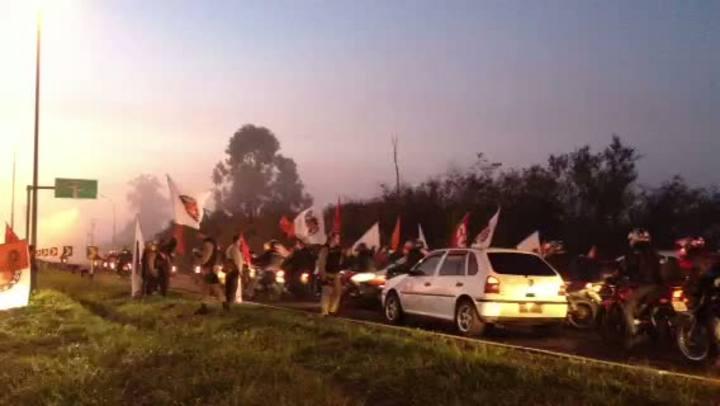 Manifestantes interrompem vão móvel da ponte do Guaíba