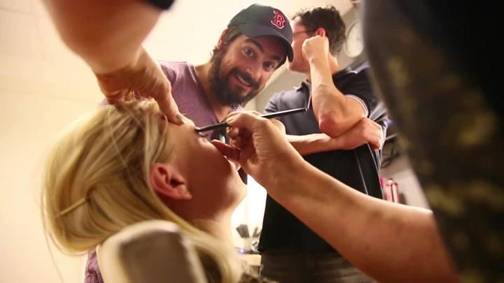 Integrantes do Pretinho Básico tentam maquiar modelos em SC