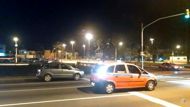 Motorista dorme em semáforo da Avenida Ipiranga, em Porto Alegre