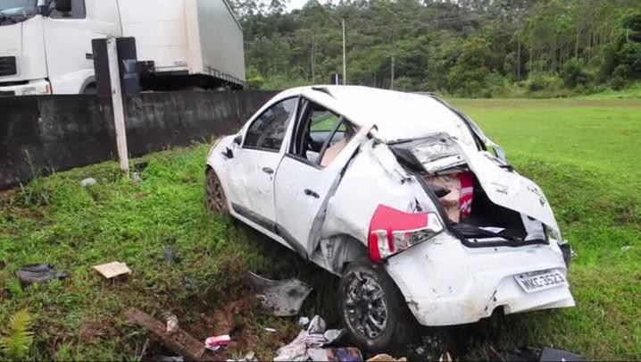 Motorista bate em mureta na BR-101