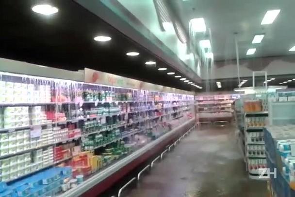 Chuva invade supermercado em Canoas
