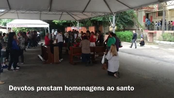 Fiéis comemoram Dia de São Jorge em Porto Alegre