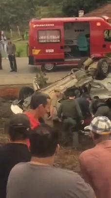 Bombeiros resgatam vítimas de acidente na BR-280