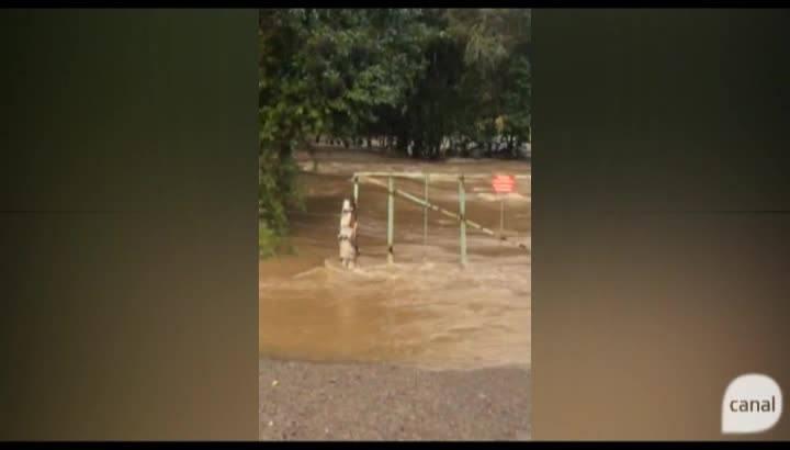 Rio Faxinal encobre ponte em Boca da Serra, entre Fazenda Souza e Vila Seca, em Caxias