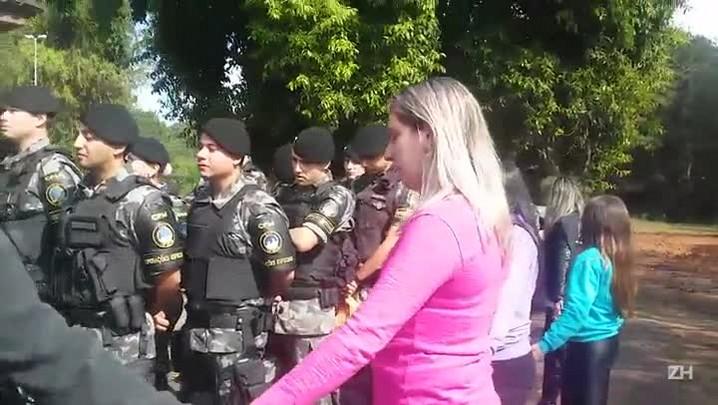 Esposas bloqueiam saída de PMs de batalhão de Canoas