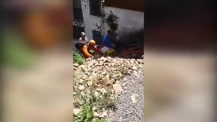 Idoso é resgatado após cair de ribanceira na Avenida Dores em Santa Maria