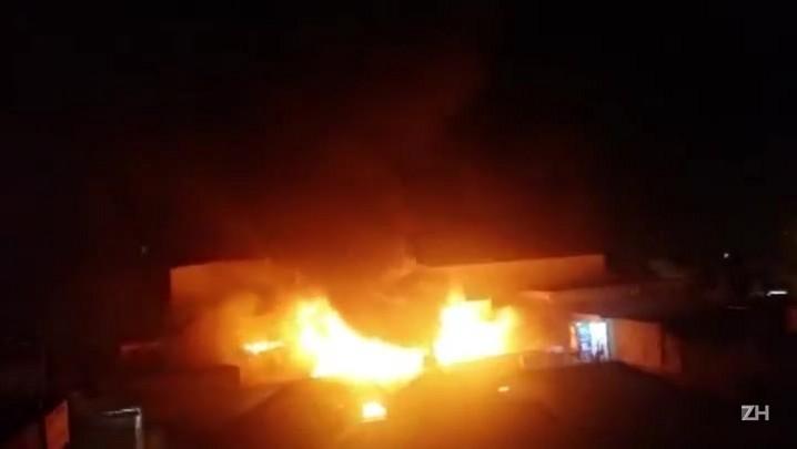 Incêndio atinge centro comercial em Guaíba