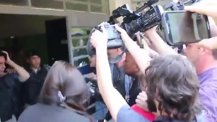 Imagens mostram tumulto do lado de fora de escola durante voto de Dilma
