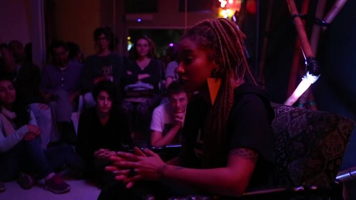 Poeta Mel Duarte abre miniturnê gaúcha sobre slam com bate-papo