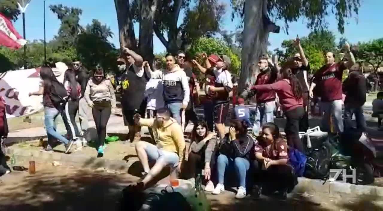 Torcida do Lanús faz festa em praça da cidade antes da viagem a Porto Alegre