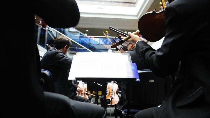 Orquestra se apresenta no saguão do Salgado Filho