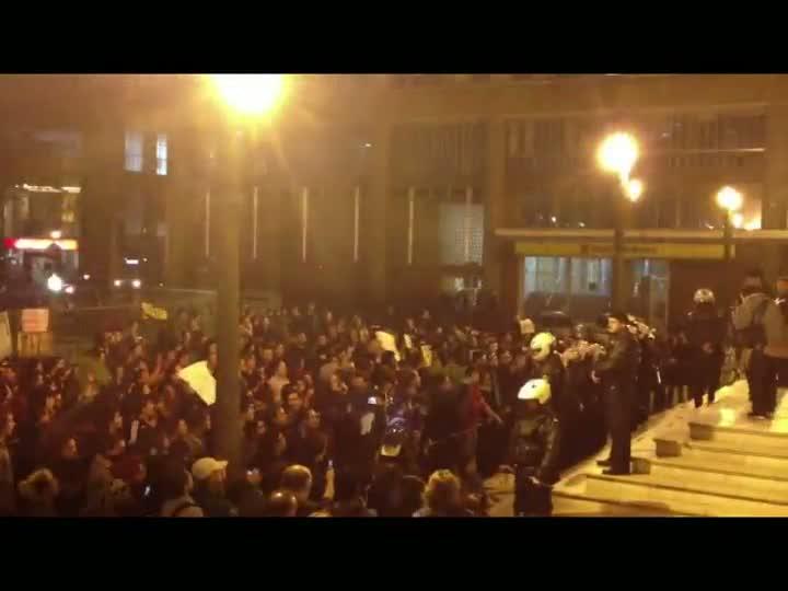 Após corte de árvores, manifestantes protestam na Prefeitura da Capital
