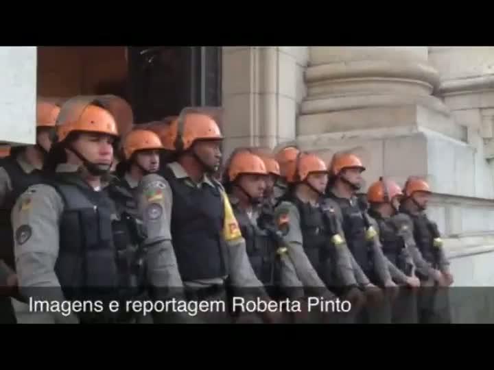 Confira novas imagens do protesto dos índios em frente ao Palácio Piratini