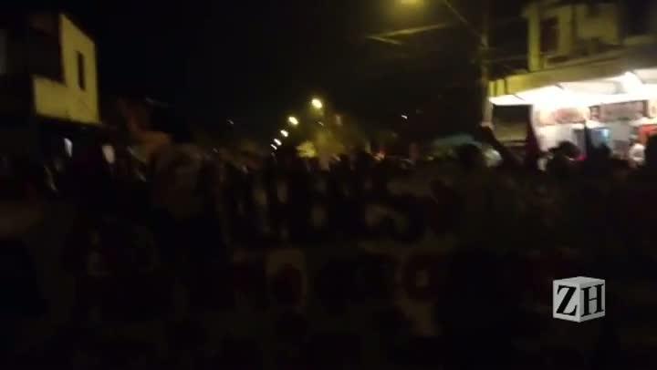 Caminhada de manifestantes começa pela Avenida Moab Caldas