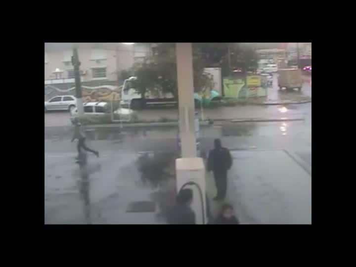 Imagens flagram assaltos a posto de combustíveis em Porto Alegre. 13/08/2013