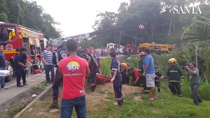 Motorista é resgatado após ficar seis horas preso nas ferragens