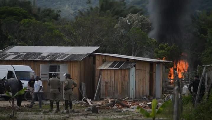 Polícia Militar faz operação para reintegrar área de posse invadida em Porto Belo