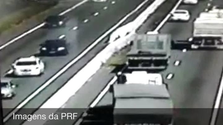 Carro capota após ser arrastado por carreta na BR-116, em São Leopoldo