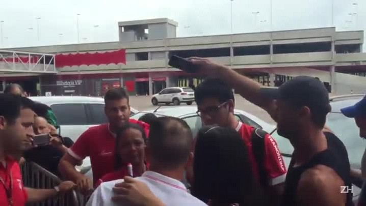 D\'Ale se despede de torcedores no Beira-Rio