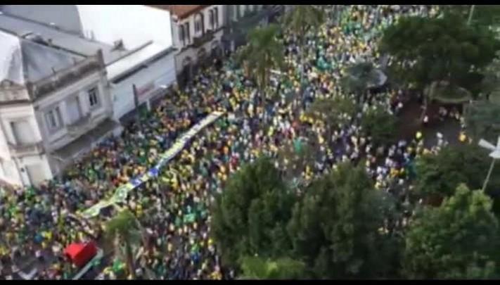 Hino nacional brasileiro é entoado durante protesto contra Dilma, em Caxias