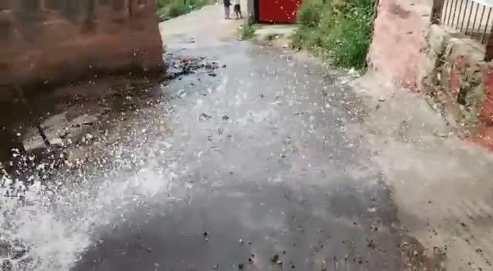 Vazamento de água potável há duas semanas no bairro Cascata, Zona Sul
