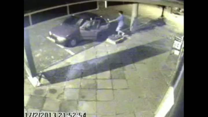 Jovem abandona filhotes de cachorro em frente à veterinária