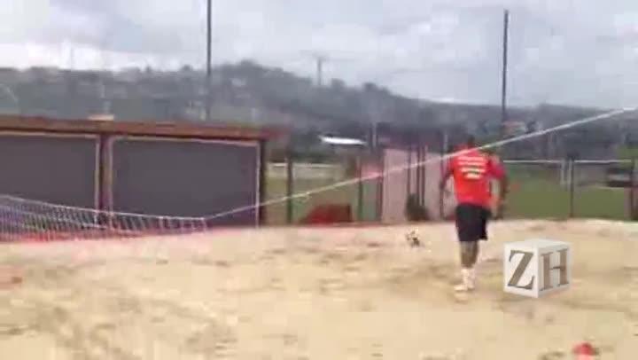 Kleber, Gabriel e Damião jogam futevôlei em treino do Inter